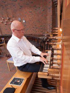 Tom W ved orgelet